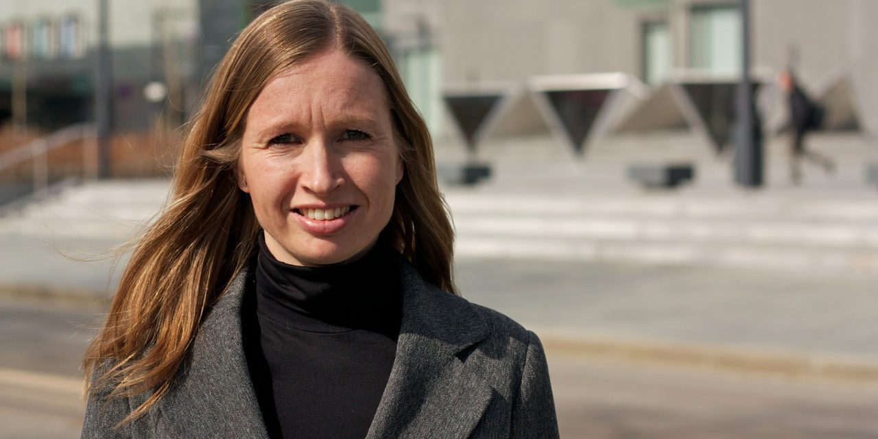 Naboprat 005: Julie Andersland (Venstre)